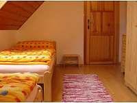 ložnice - dvě samostatné postele ( pod jednou výsuvná přistýlka )