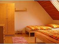 ložnice - jedna manželská postel a jedna samostatná postel