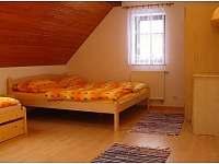 ložnice - jedna manželská postel a jedna samostatná postel s vysunovací přistýlk