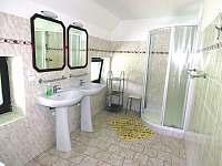 Jedna z toalet v podkroví