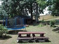 Lavičky s trampolínou