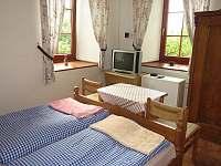 Pokoj 2 v přízemí - 2 lůžka - manželská postel