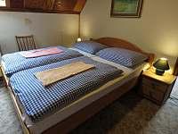 Pokoj 5 - 5 lůžek - přední místnost - manželská postel