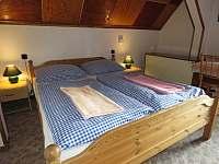 Pokoj 5 - 5 lůžek - zadní místnost - manželská postel a lúžko