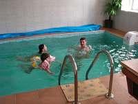 vnitřní vyhřívaný bazén s protiproudem (v objektu)