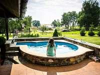 Venkovní bazén - chalupa k pronájmu Rampuše