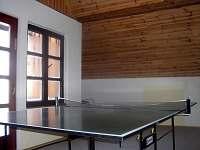 Herna v podkroví má stůl na ping pong.
