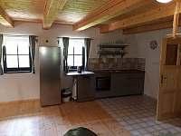 nové vybavení hlavní kuchyně: trouba, varná deska a velká lednice - pronájem chalupy Říčky v Orlických horách