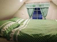 Podkrovní ložnice v menším apartmánu