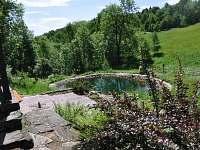 Pohled na spodní terasu a vlastní rybníček