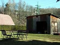 Zahrada s posezením - chalupa k pronájmu Těchonín