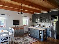 Společenská místnost s kuchyní - chalupa ubytování Olešnice v Orlických horách