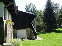 pohled z boku zahrady - chalupa k pronájmu Bartošovice v Orlických horách
