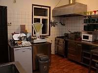 Pro bezpečnost ubytovaných je plynová plotna nahrazena elektrickým vařičem - Bartošovice v Orlických horách