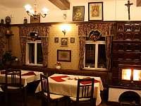 prostory restaurace s kamny a historickou výzdobou - chalupa k pronajmutí Bartošovice v Orlických horách