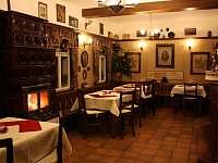 prostory restaurace s kamny v druhé části - chalupa ubytování Bartošovice v Orlických horách
