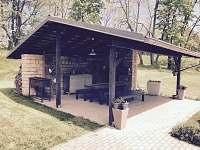 venkovní sezení před domem s krbem a grilem - chata k pronájmu Anenská Studánka - Helvíkov