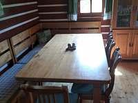 Jídelní stůl v obývacím pokoji - pronájem chalupy Orlické Záhoří