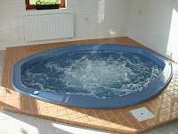 Relaxační místnost - pohled na vířívku ve dne