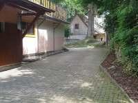 Boční část domu - vila k pronajmutí Pastviny