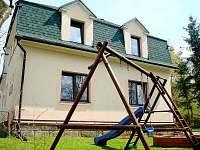 Zadní dětské hřiště - vila ubytování Pastviny