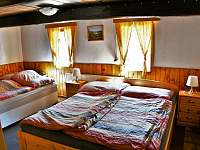 ložnice ve spodním patře - manželská postel + rozkládací gauč - Sněžné