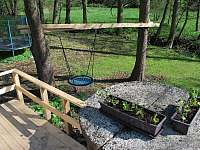 Venku hřiště pro děti, trampolína houpačky - chalupa k pronájmu Olešnice v Orlických horách