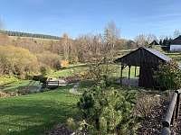 Pohled do zahrady - chalupa k pronajmutí Orlické Záhoří