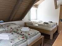 Pokoj se dvěma manželskými postelemi - pronájem chalupy Červená Voda
