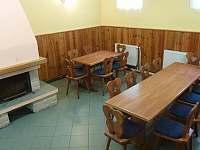 Společenská místnost/jídelna s krbem