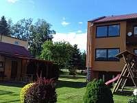 Dětské hřiště a posezení - rekreační dům k pronájmu Dolní Lipka