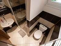 Dolní WC + sprchový kout -