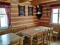Posezení pro větší počet osob u dobových stolů - pronájem chalupy Ohnišov
