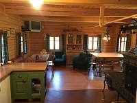 Společenská místnost s kuchyní - chalupa ubytování Kamenice u Dobrého