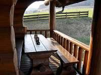Posezení na terase - srub k pronájmu Dolní Orlice - Červená voda