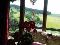 Výhled od stolu na Bukovou horu a sjezdovky - chata k pronajmutí Čenkovice