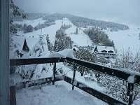 Výhled z terasy na sjezdovky