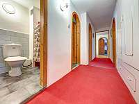 Chodba a WC v apartmánu - k pronájmu Kunvald