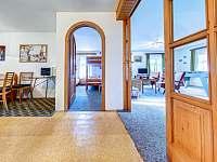 Jídelna, pokoj a společenská místnost - apartmán k pronajmutí Kunvald