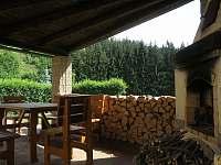 Letní posezení u grilu s výhledem na udržovanou zahradu