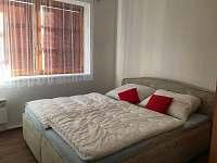 Pokoj s manželskou postelí - apartmán k pronájmu Říčky v Orlických horách