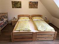 Borovicový horní pokoj - postele i postýlka - Říčky v Orlických horách
