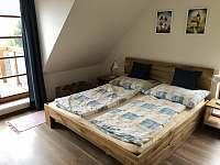 Dubový horní pokoj s terasou - apartmán k pronajmutí Říčky v Orlických horách