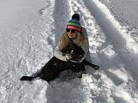 I majitelka Jitka Slezáková si užívá zimu s největším rodinným mazlíkem Alinou - Říčky v Orlických horách