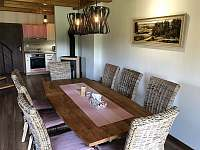 Jídelna s prostorným stolem - apartmán ubytování Říčky v Orlických horách