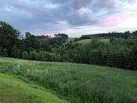 Pomalu se smráká - pohled z terasy - Říčky v Orlických horách
