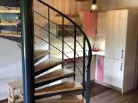 Schodiště do horního patra, kde jsou dva dvoulůžkové pokoje a koupelna - apartmán k pronajmutí Říčky v Orlických horách