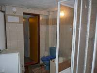 Dolní PRŮCHOZÍ KOUPELNA z kuchyně, záchod,umyvadlo,sprchový kout,bojler,myčka.