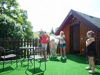 VENKOVNÍ TERASA s umělým trávníkem, stoleček a 4 křesla