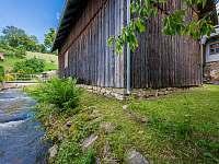 Potok okolo stodoly - Nekoř